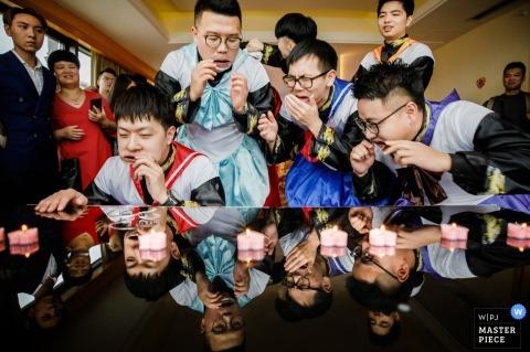 WENZHOU, CHINA | bruidsjonkers voor de ceremonie