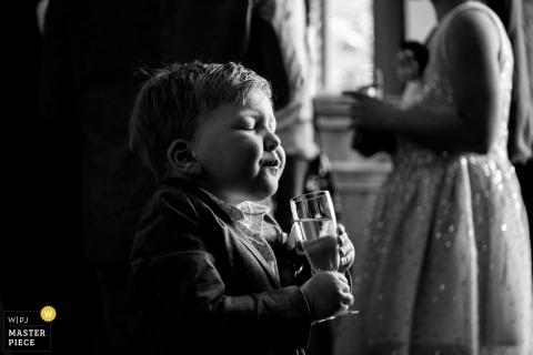Chłopiec o drinku w Holandii Landgoed Waterland | Noord Holland Wedding Photographer