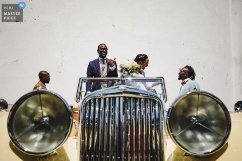 Ślubna fotografia rocznika samochód i bridal przyjęcie od Porto, Portugalia
