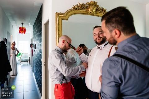Pau, france image de photojournalisme de mariage des mecs qui se déguisent en mariés
