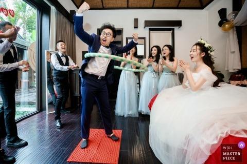 Hangzhou City-huwelijksfotografie van bruidegom en bruid met bruids partij