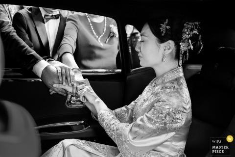 Huwelijksfoto van bruid in achterkant van limo tijdens vertrek vertrek | Trouwmomenten in de stad Hangzhou