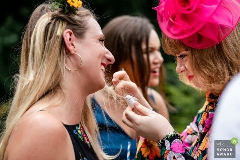 Zdjęcia ślubne gości weselnych autorstwa fotografa Pembroke Lodge