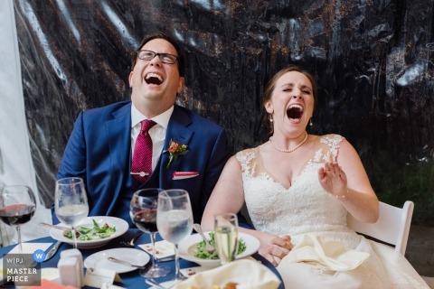 Wesele fotografia panny młodej i pana młodego na stole głowy śmiejąc się w Media, PA