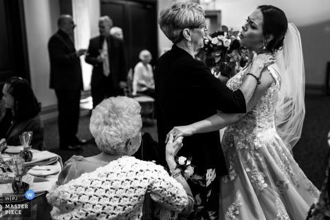 Fotografia ślubna panny młodej Ontario, Kanada pokazująca obrączkę gościom w ROYA AMBASSADOR