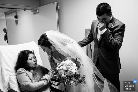 Fotografia ślubna pary młodej odwiedzającej szpital | Dni ślubu uchwycone w Saratoga Springs, Ca