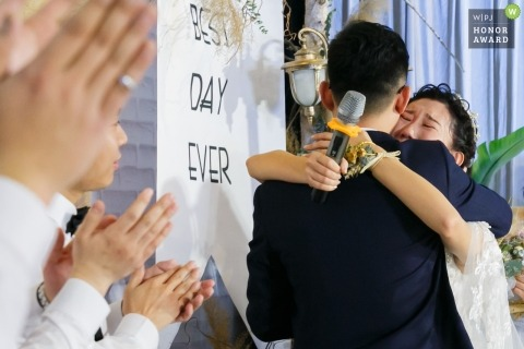 Wedding shoot with Shandong bride giving tearful hug during ceremony