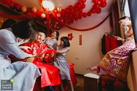 Fujian wedding photojournalism image of a couple at home before the traditional ceremony