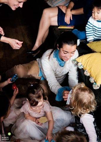 Dokumentarische Hochzeitsfotografie in London mit vielen Kindern und Brautjungfern, die sich fertig machen