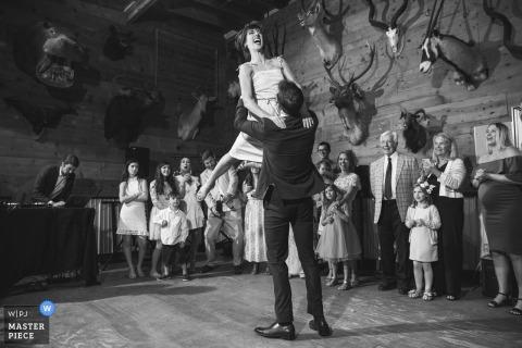 Photojournaliste de mariage internationale | Première danse du mariage à Austin, au Texas. La mariée saute et rit avec les animaux de taxidermie sur le mur derrière.