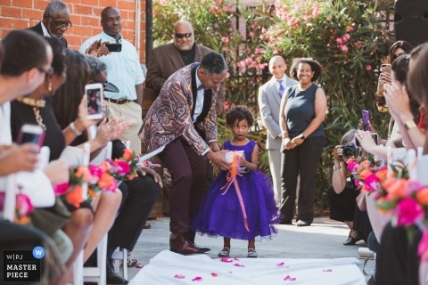 Photographie de cérémonie de mariage à Los Angeles, Californie. Fleuriste en état de choc alors qu'elle s'apprête à marcher dans l'allée.