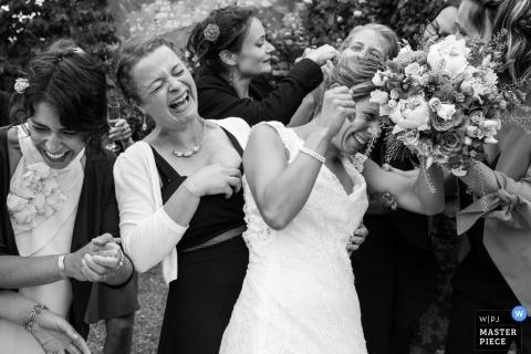 Fotografia ślubna panny młodej, śmiejąca się z druhen we Francji | relacja z wesel Nouvelle-Aquitaine