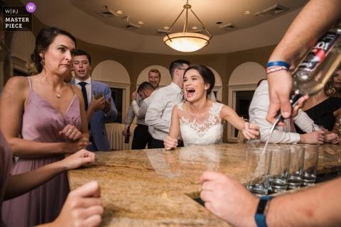 Fotografía de boda de la novia en el bar con bebidas vertiendo | Acción de fiesta de recepción de boda de Nueva Jersey
