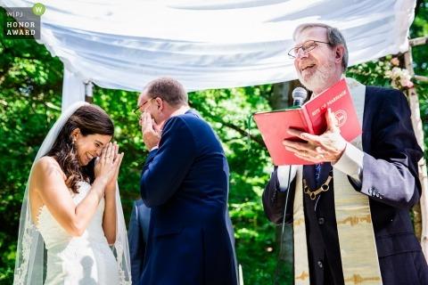 Sesión de bodas durante ceremonia al aire libre con pareja de Pennsylvania