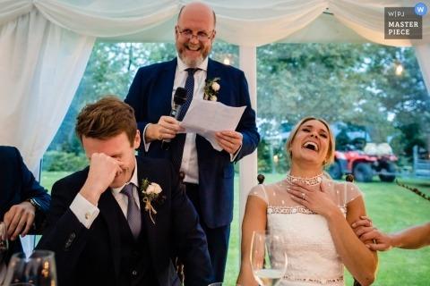 Hochzeitsempfangabbildung des Vatis Rede von einem Dublin-Hochzeitsphotographen gebend