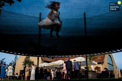 Wschodnia Flandria wesele fotografia flowergirl skoki na trampolinie
