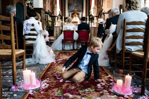 Kościelna fotografia ślubna chłopca w alejce we Flandrii Wschodniej podczas ceremonii