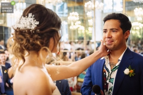 Mailänder Hochzeitsshooting mit einem Paar während des zarten Momentes bei ihrer Zeremonie