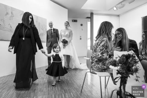 Bestimmungsorthochzeitsempfangsphotographie Mailands, Italien der Braut und des Bräutigams, die in Aufnahmehalle gehen