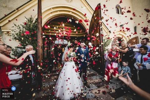 Katholieke kerk in Bojano Polen na huwelijksceremonie | Bloemen gooien bij bruid en bruidegom