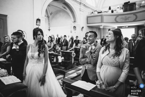 fotografia ślubna w Wenecji Euganejskiej, we Włoszech, o wspaniałym wyglądzie i gestach podczas ceremonii kościelnej