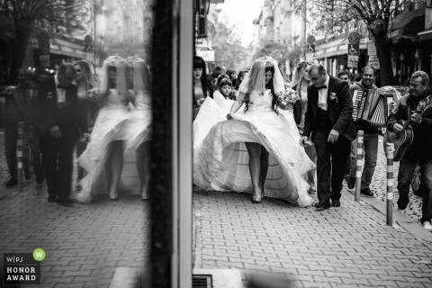 Couple Sofia lors de leur mariage   Moments de mariage dans la rue en marchant