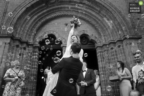 Hochzeitstrieb mit den Mielec-Paaren, die auf den Kirchestufen feiern