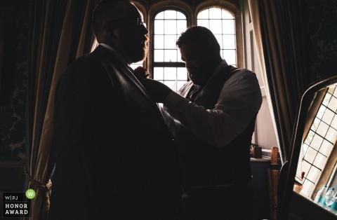 Surrey documentaire huwelijksfoto | De bruidegom en de beste man bezorgen de laatste hand