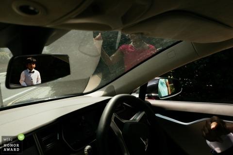 Photographie de mariage à Londres - arrivée dans des voitures avec des enfants dans des miroirs