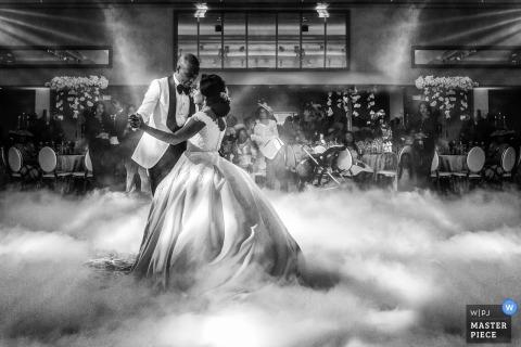 De fotografie van de het huwelijksontvangst van Londen met mist op dansvloer