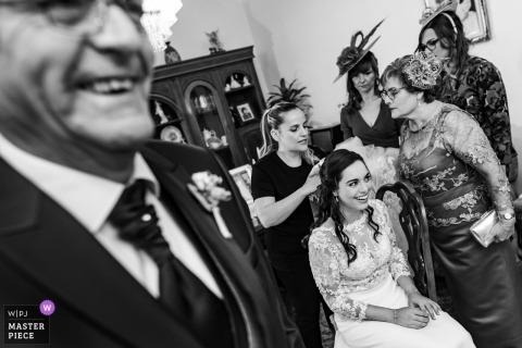 Photographie de mariage d'une mariée en train de se préparer en famille à Tolède, en Espagne