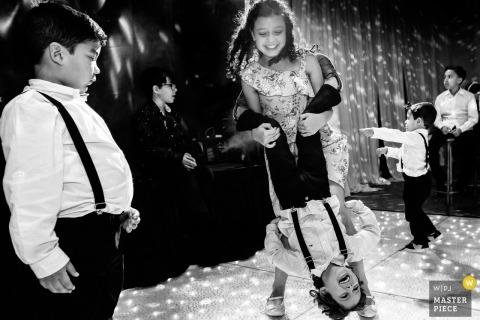 Ouro Preto, Brazilië huwelijksreceptie foto's van kinderen met plezier tijdens het dansen