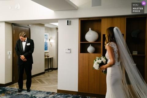 Ślubna fotografia taty po raz pierwszy widząca pannę młodą ... reakcję emocjonalną | Dni ślubu uchwycone na Manhattanie w Nowym Jorku