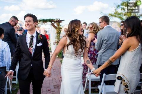 Sedona Sky Ranch Lodge, Sedona AZ - immagine fotogiornalismo di nozze di una coppia che celebra con gli ospiti mentre escono dopo la cerimonia