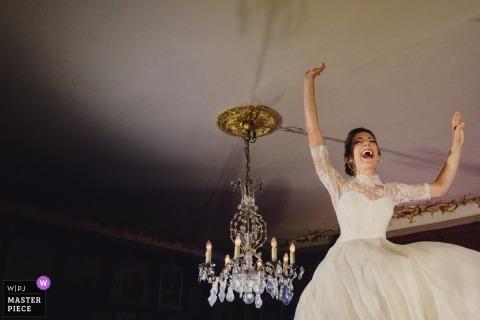 Fotografía de la boda de londres | La novia pasando un buen rato en la recepción de su boda.