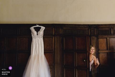 Fotografía de la boda de londres | Vestido de novia colgando antes de la ceremonia