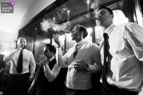 Ślubna fotografia pana młodego i najlepszych przyjaciół z cygarami w Villa Cora