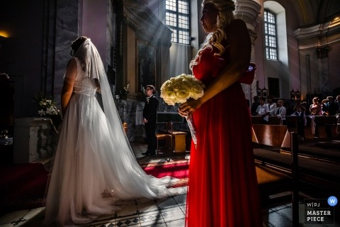 Wedding photography in Hungary | great light pouring in the church during the Budapest ceremony