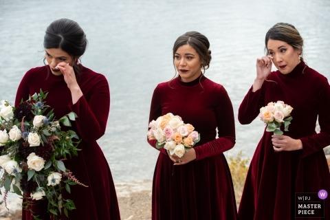 Alberta-Zeremonie-Hochzeitsfotografie von Brautjungfern, die Tränen am See abwischen