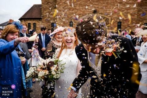 fotografia ślubna z Londynu | ceremonia ślubna kończy się prysznicem konfetti dla pary młodej