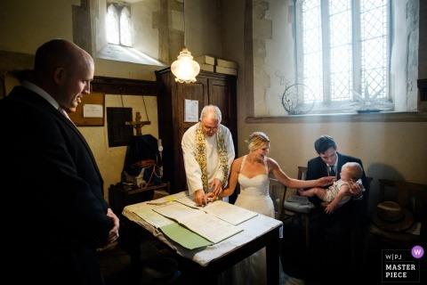 Fotografia ślubna w Londynie z parą podpisującą akt małżeństwa