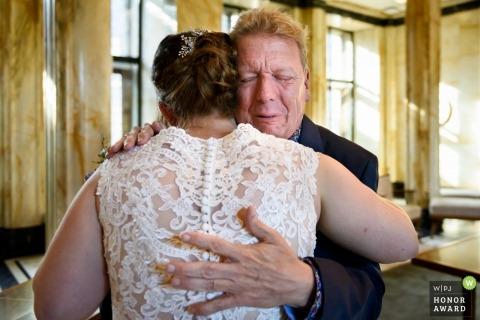 Stadhuis Leiden, De Poort   father tears hugging the bride