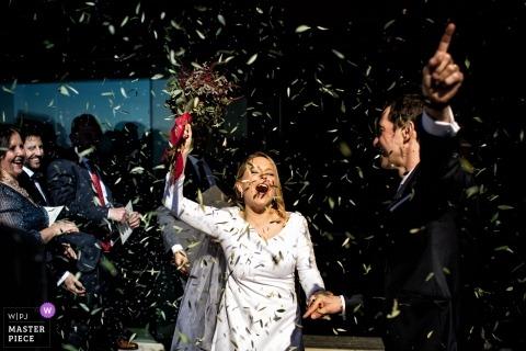 LA FORTALESA DE SANT JULIÀ DE RAMIS - Die Zeremonie ist vorbei und der Bräutigam feiert unter Konfetti-Duschen