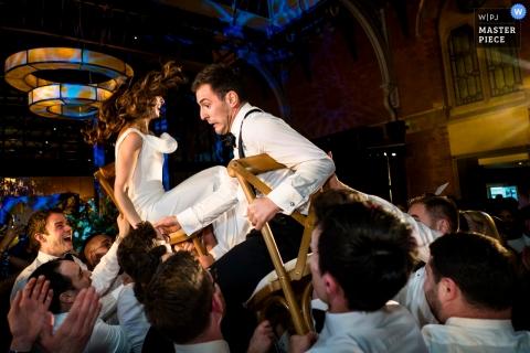 St Pancras Renaissance Hotel London - israelische Tanztraditionen mit Stühlen