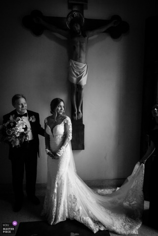 San Antonio, Texas wedding photography - Father and daughter line up pre ceremony in front of a statue of Jesus hanging on the cross
