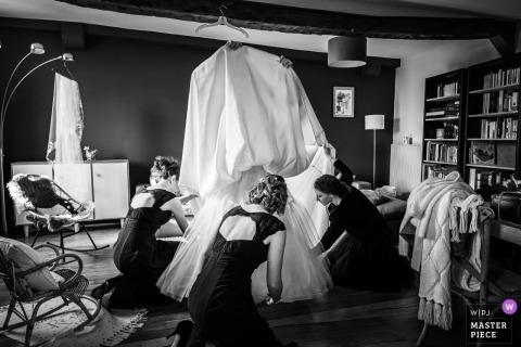 La Chatre trouwdag voorbereidingen - Foto van de verborgen bruid onder haar jurk om hulp te krijgen van bruidsmeisjes