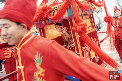 zhengzhou Henan wedding traditions - What was the bride seeing? She was so happy and stared at somewhere.