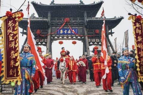 Trouwfoto's van Zhengzhou Henan - Te paard wilde de bruidegom zijn bruid ontmoeten met een traditioneel welkomstteam.