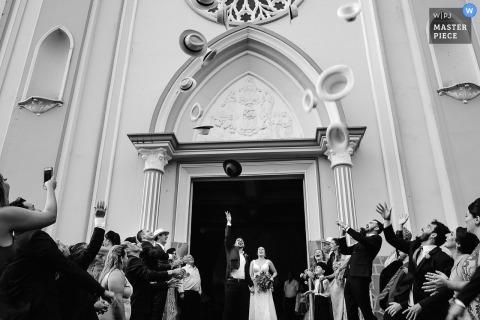 Igreja NS Fátima Patos de Minas Uroczystość w kościele z czapkami rzucanymi w powietrze