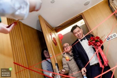 FUZHOU,CHINA WEDDING PHOTOS   The groom rushed into the room.